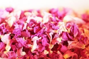 Gedroogde rozenblaadjes eetbaar